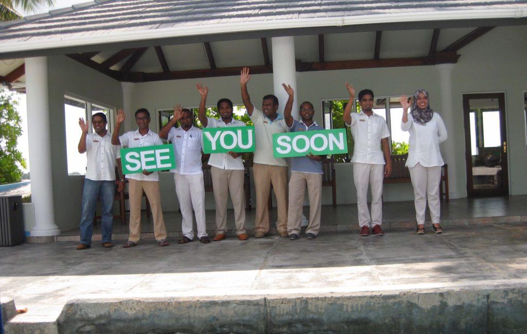 Maldiverne, Maldives, staff waving good bye